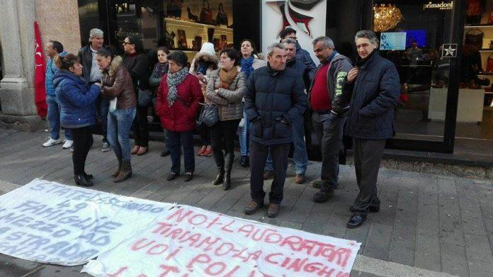Una protesta davanti alla Prefettura
