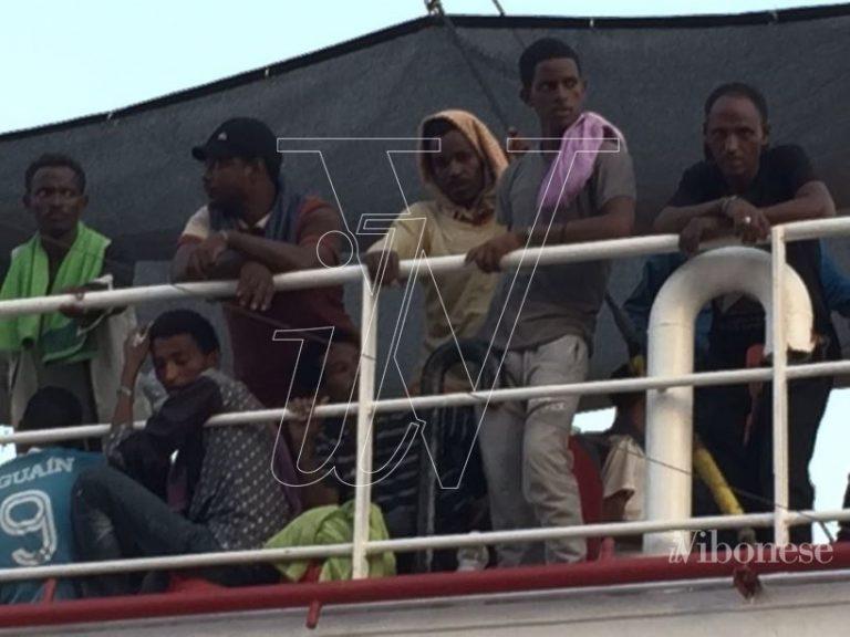 """Migranti, ancora uno sbarco a Vibo Marina: arriva la """"Phoenix"""""""