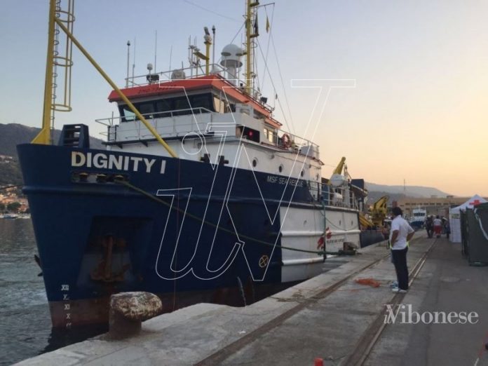 """La """"Dignity I"""" attraccata alla banchina Bengasi"""