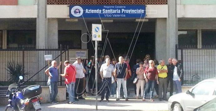 La protesta degli ausiliari dell'Asp: «L'azienda ci assuma a tempo pieno»