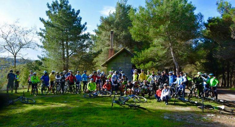 """Cicloturismo, """"Bicinsieme"""" guida 70 bikers alla scoperta dell'insediamento rupestre di Zungri"""