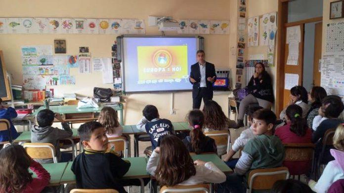 """""""Lezione di Europa"""" in una classe"""