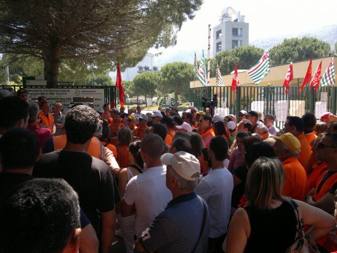 Una manifestazione sindacale davanti ai cancelli del cementificio