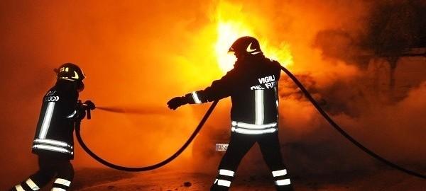 Auto in fiamme nella notte a Mileto