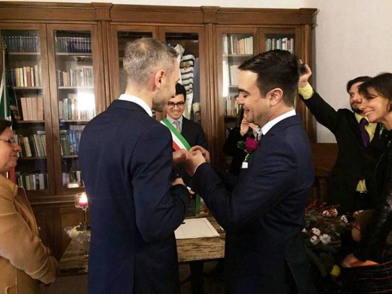 Prime nozze gay a Pizzo, consensi e polemiche