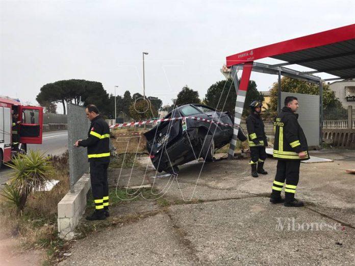 L'auto finita contro il gazebo di un autolavaggio