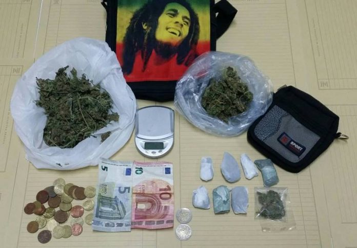 La sostanza e il denaro sequestrati