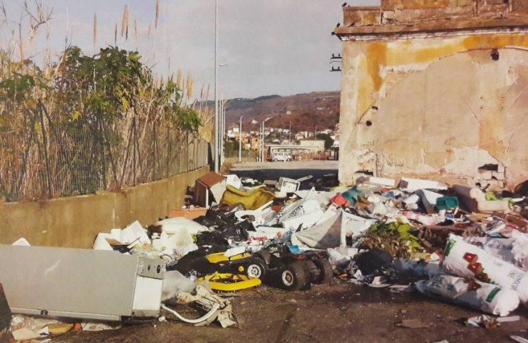 """Vibo Marina, la denuncia: """"Rifiuti e degrado a due passi dal mercato rionale"""""""