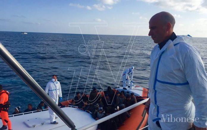 Il capitano Fedele impegnato nelle operazioni di salvataggio