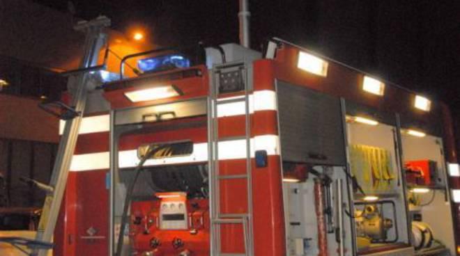 Parcheggia l'auto in garage e poco dopo va a fuoco, indagano i carabinieri