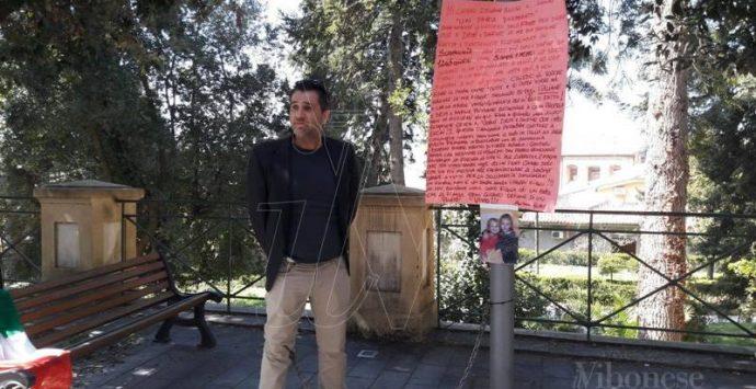 Vibo: Emiliano Russo interrompe la sua protesta dinanzi al Tribunale