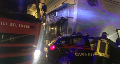 Notte di fuoco a Filadelfia: tre auto incendiate e fiamme in un intero palazzo