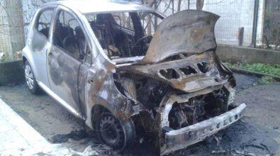 Auto in fiamme nella notte a Vena di Jonadi, indaga la polizia (FOTO)