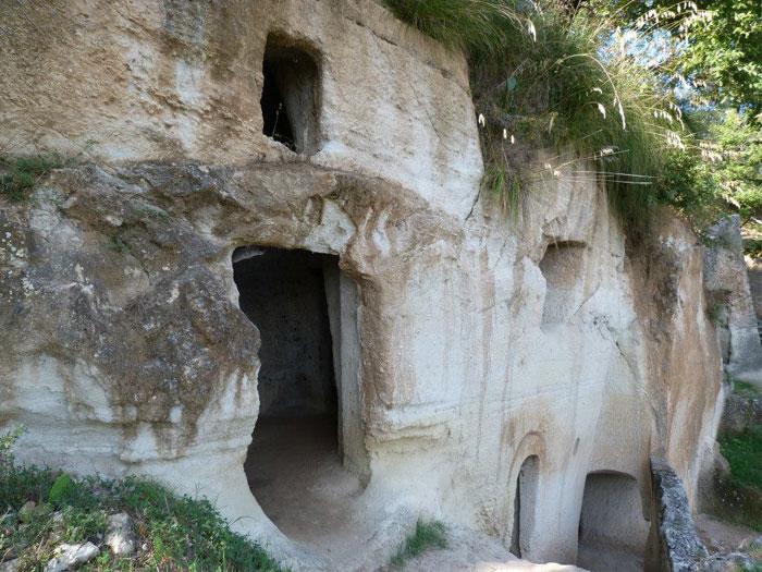 """Zungri e le sue grotte al centro di un """"campo-studio"""" speleologico"""