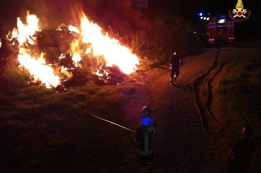Fienile con due trattori in fiamme nel Vibonese