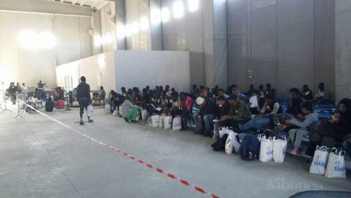 I migranti giunti con l'ultimo sbarco in un capannone di Porto Salvo