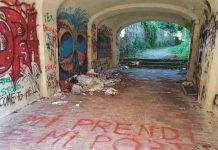 L'ingresso di Villa Gagliardi invaso da rifiuti