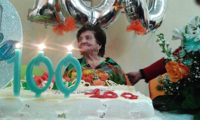 Auguri a nonna Rosaria, cento anni dedicati alla famiglia (VIDEO)