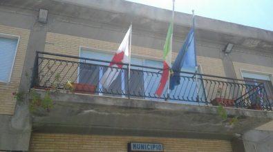 La bandiera della Croce Rossa nella sede del municipio di Briatico