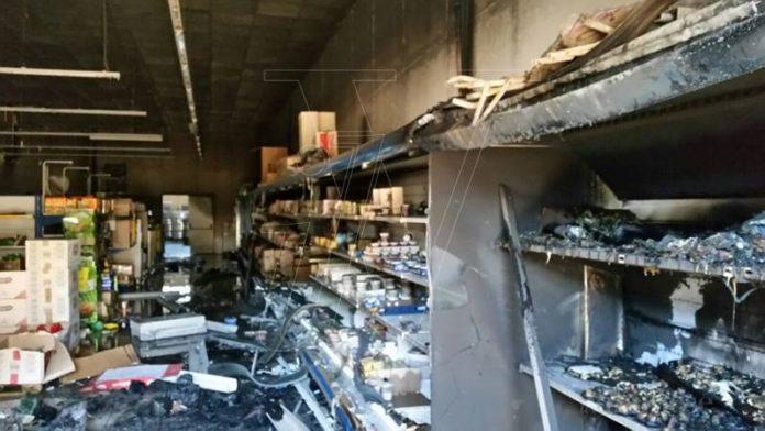 L'incendio che ha distrutto l'Ard discount di Vibo