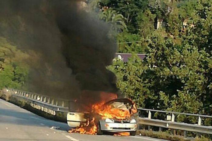 L'auto in fiamme a Vibo Marina