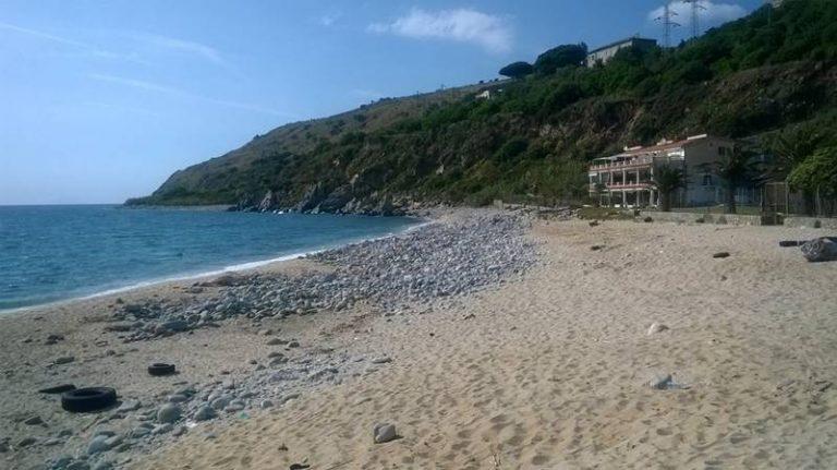 Nicotera Marina, rinvenuto un cadavere sulla spiaggia. Ancora nessuna certezza sulla sua identità