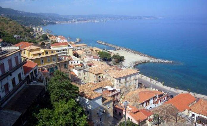 Un tratto di costa vista da Pizzo. Sullo sfondo Vibo Marina