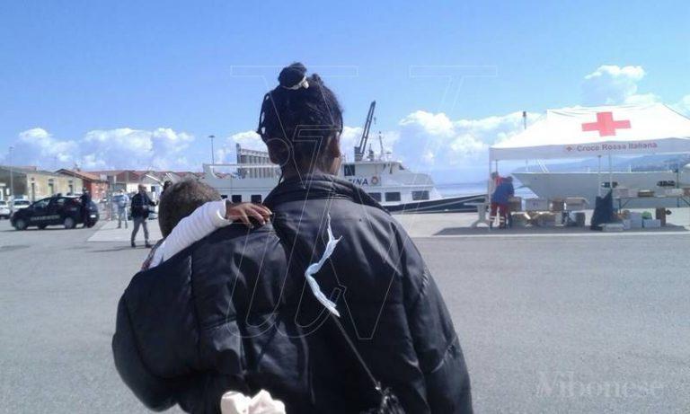 """Lo """"sbarco dei bimbi"""" a Vibo Marina, a bordo della nave Fiorillo 51 bambini sotto 5 anni"""