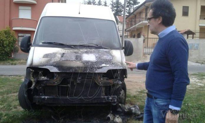 L'imprenditore Vincenzo Bruni davanti al suo mezzo bruciato