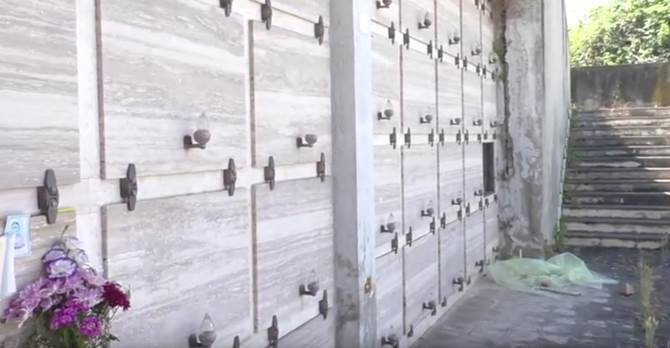 Tra loculi anonimi e fiori appassiti: viaggio nel cimitero dei migranti a Bivona (VIDEO)