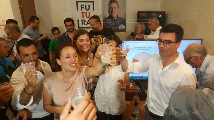 I festeggiamenti nella sede del comitato elettorale