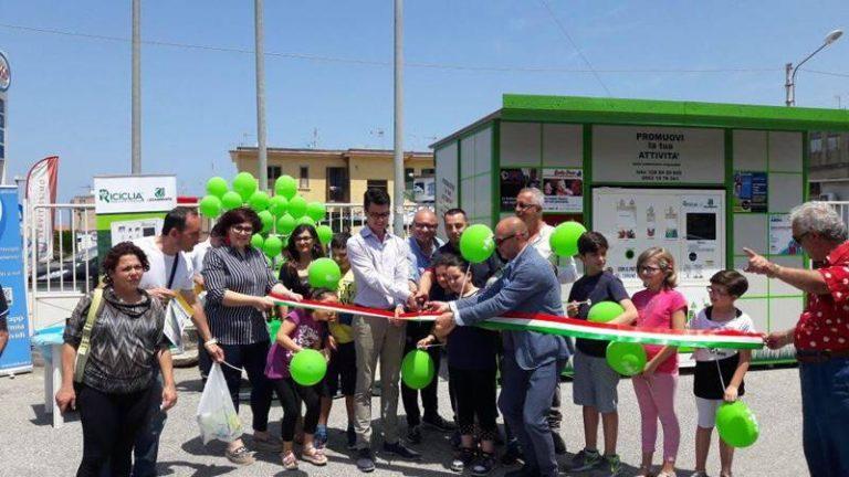 """Pizzo, inaugurato il """"Riciclia point"""" che trasforma i rifiuti in buoni sconto"""
