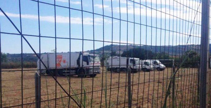 Ricadi-Capo Vaticano: i camion dei rifiuti parcheggiati nel campo sportivo