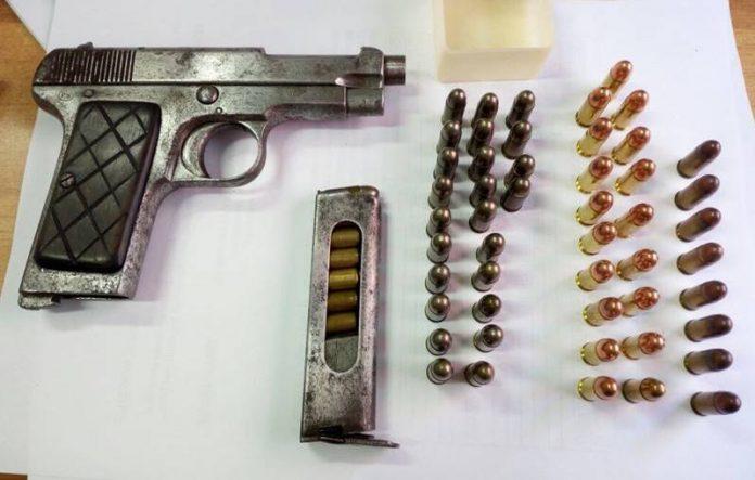 L'arma e le munizioni sequestrate
