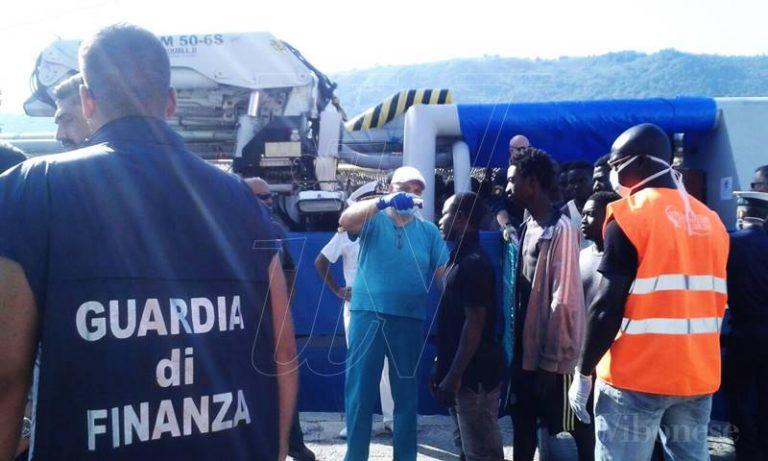 Migranti: in 573 sbarcano al porto di Vibo Marina, ci sono pure due cadaveri (FOTO/VIDEO)