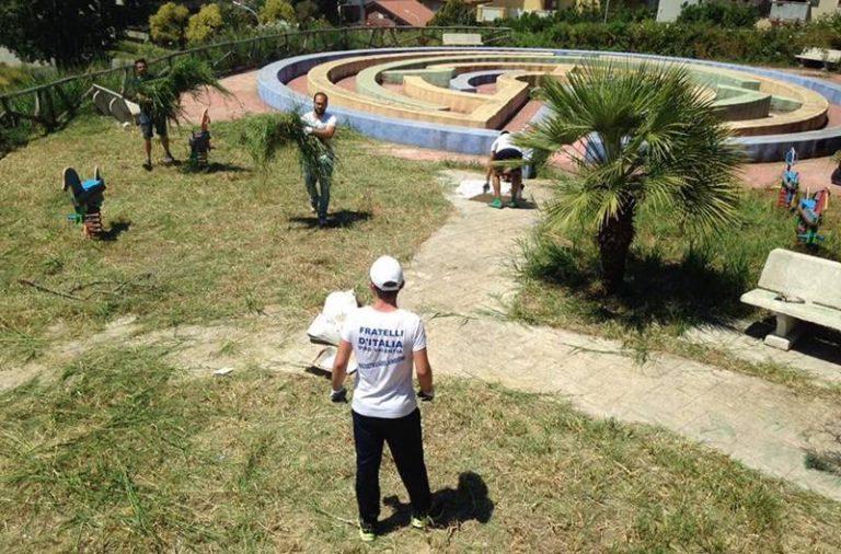 Degrado a Vibo, l'area giochi di viale Accademie vibonesi ripulita dai volontari