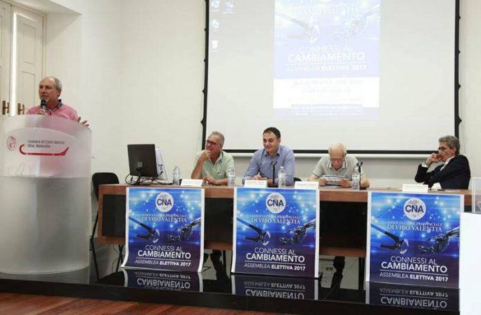 Il tavolo del relatori all'assemblea Cna Vibo