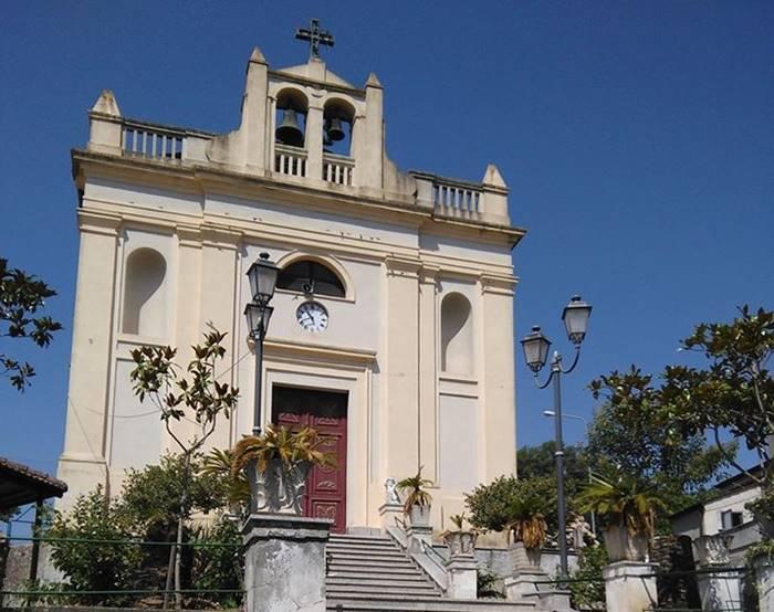 Arzona, fedeli contro il parroco: «Quel prete non ci piace più» (VIDEO)