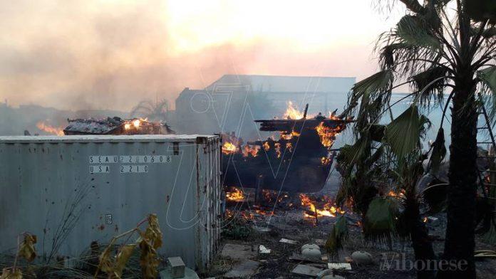 L'incendio al deposito di barche a Porto Salvo