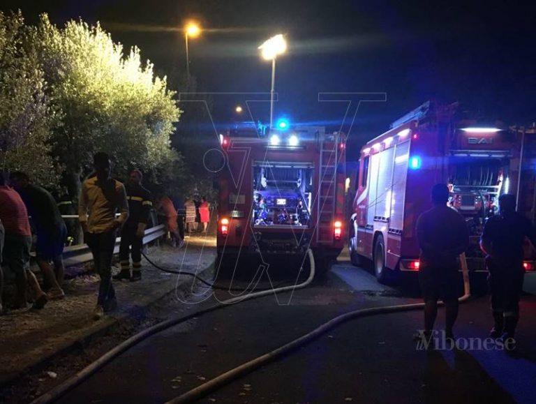 Notte di paura a Piscopio, incendio minaccia il centro abitato (FOTO/VIDEO)