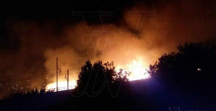 Pizzo, vasto incendio minaccia diverse abitazioni e un ristorante