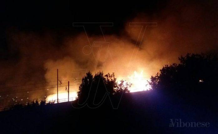 L'incendio in corso a Pizzo