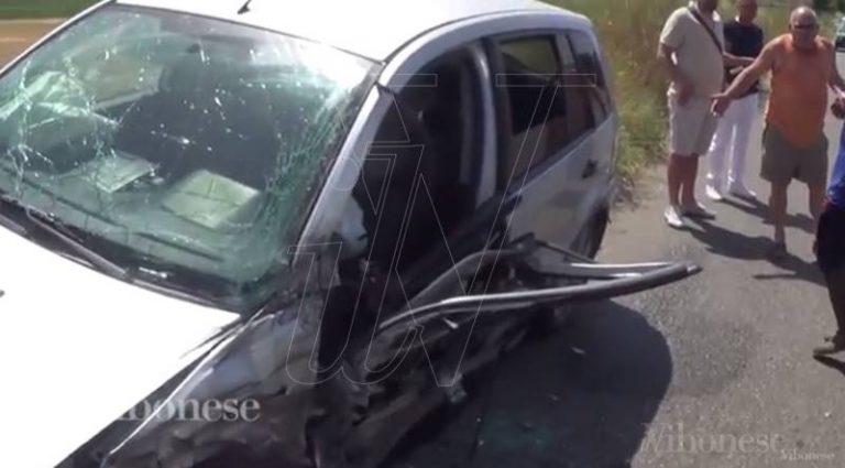 Perde il controllo dell'auto e si scontra con un camion, automobilista trasportata in ospedale (VIDEO)
