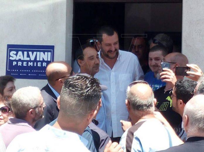 Matteo Salvini davanti alla sede del movimento