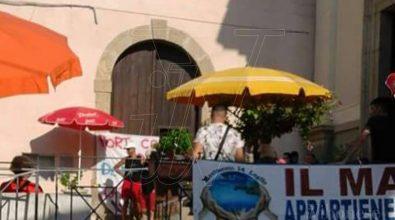 Mare sporco e rifiuti, a Nicotera i cittadini occupano il Comune (VIDEO)