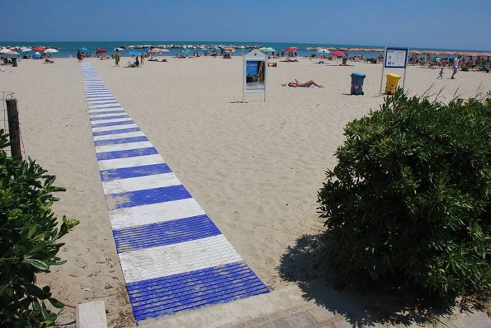 Una spiaggia attrezzata di passerella