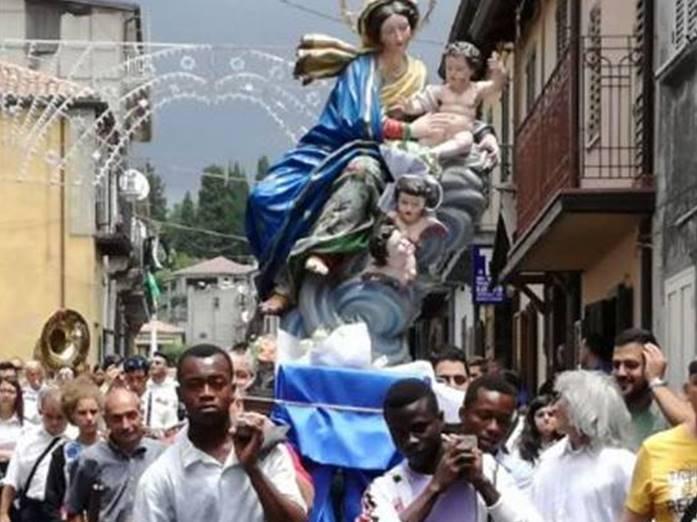 Mongiana, la statua della Madonna portata in spalla dai migranti