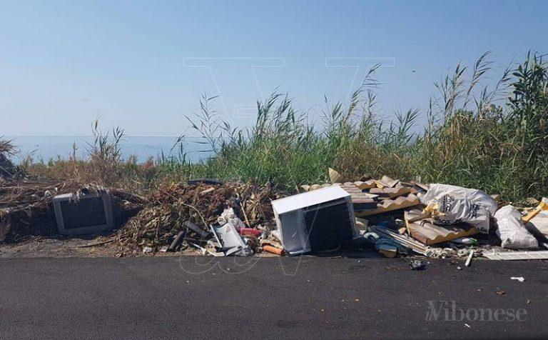 Briatico, rifiuti in riva al mare tra la rabbia e lo stupore di turisti e residenti