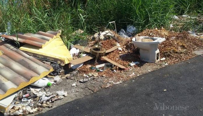I rifiuti lasciati nei pressi della spiaggia di Briatico