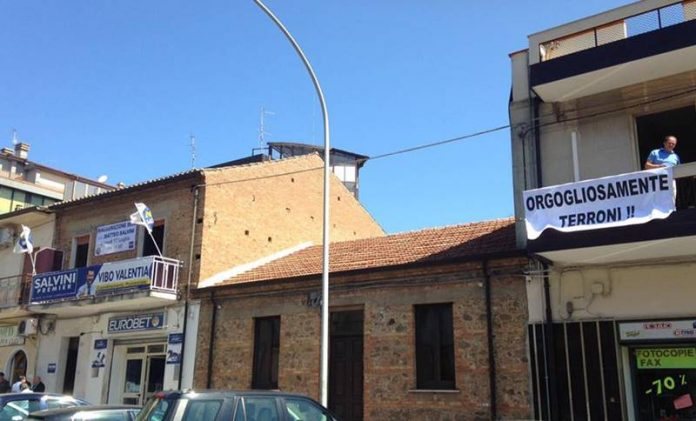Lo striscione esposto a Vibo in occasione dell'arrivo di Salvini